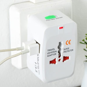 מתאם אוניברסלי לחשמל עם 2 חיבורי USB